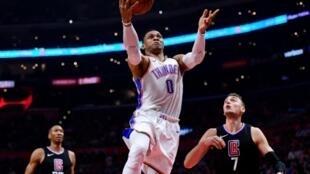 Russell Westbrook, une des têtes d'affiche de la NBA, va être transféré par Oklahoma City à Houston contre Chris Paul et deux premiers tours de draft.