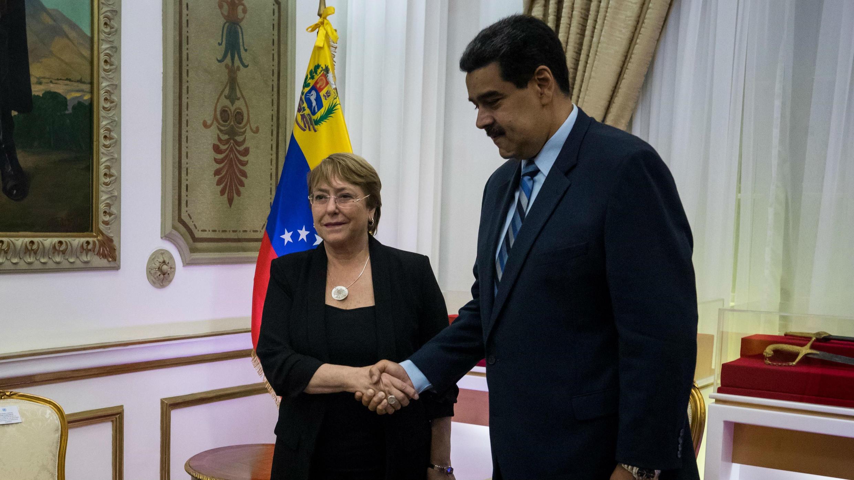 La alta comisionada de Naciones Unidas para los derechos humanos, Michelle Bachelet (d), se reúne con el presidente Nicolás Maduro, en Caracas, Venezuela, el 21 de junio de 2019.