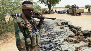 Un soldat tchadien surveille un stock d'armes pris au groupe islamiste Boko Haram, le 3 avril 2015, à Malam Fatori.