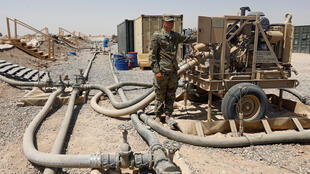 Un soldat américain fait le plein d'un camion sur la base aérienne de Qayyarah, une enceinte visée par plusieurs attaques à la roquette en novembre 2019
