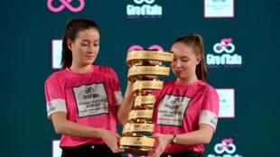 Dos voluntarias presentan el trofeo de campeón del Giro de Italia el 15 de abril de 2019 en Budapest