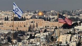 علما إسرائيل والولايات المتحدة فوق أحد المباني بمستوطنة بالقدس الشرقية المحتلة في 13 ديسمبر