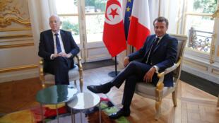 الرئيس الفرنسي إيمانويل ماكرون مع نظيره التونسي قيس سعيد في قصر الإليزيه في باريس، فرنسا، 22 يونيو/ حزيران 2020