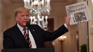 Le président américain Donald Trump brandit un exemplaire du Washington Post dans la salle Est de la Maison Blanche à Washington, DC, le 6 février 2020.