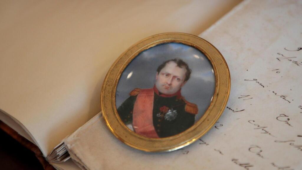 La France commémore les 200 ans de la mort de Napoléon, empereur toujours contesté