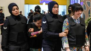 Les accusées vietnamienne Doan Thi Huong (à droite) et indonésienne Siti Aishah (à gauche) escortées par la police le 24 octobre 2017.