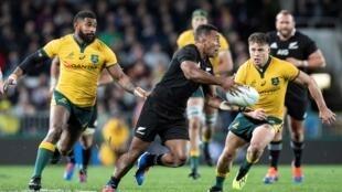 Le All Black Seva Reece tente de semer les Wallabies Marika Koroibete et James O'Connor lors d'un match de Rugby Championship, le 17 août 2019 à Auckland