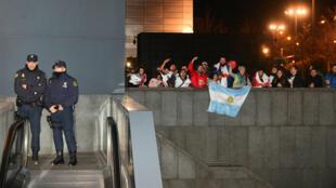 Hinchas argentinos son constantemente observados y registrados por los organismos de seguridad previo al partido final de la Copa Libertadores.
