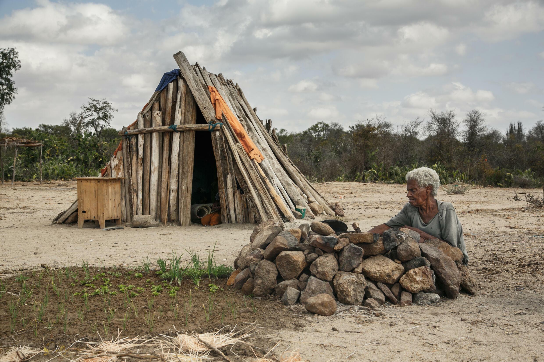 صورة مؤرخة في 30 آب/أغسطس 2021 لإحدى سكان قرية فينوايفو في جنوب مدغشقر الذي يضربه الجفاف