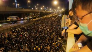 Les contestataires rassemblés près du bureau de liaison chinois après une manifestation contre un projet de loi controversé sur l'extradition, à Hong Kong, le 21 juillet 2019.