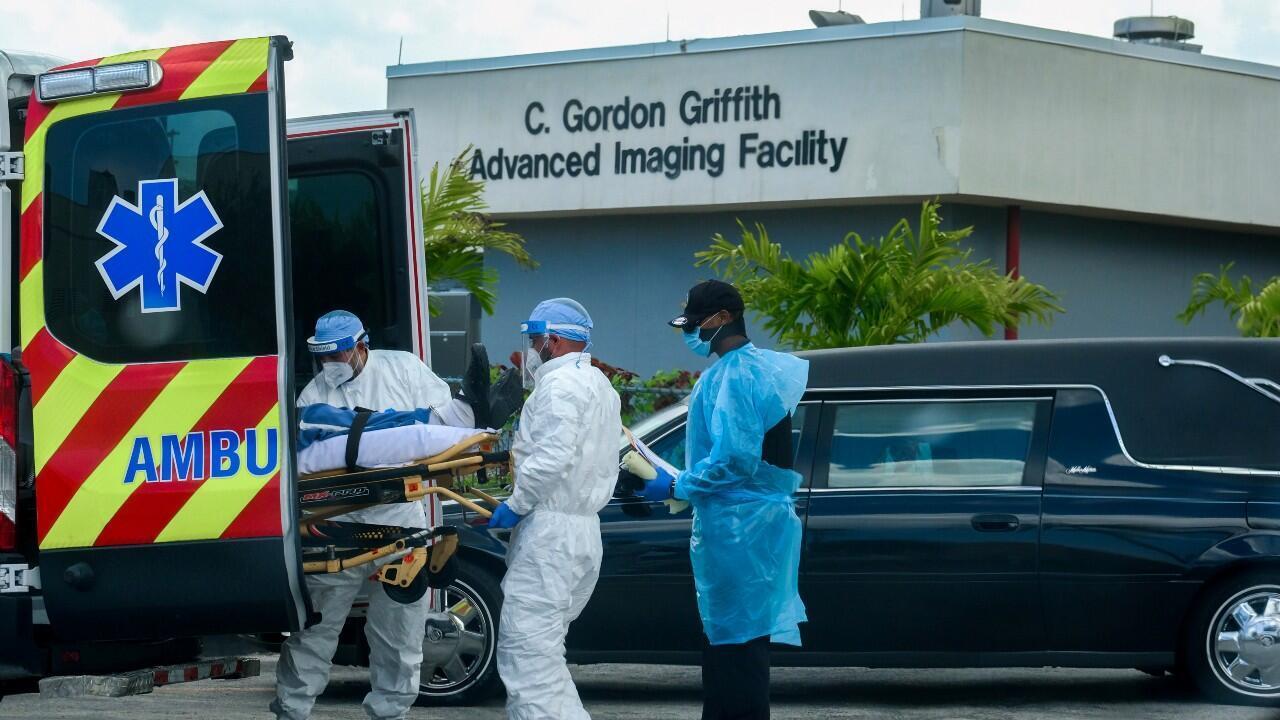 Archivo-Personal de emergencias médicas llega con un paciente, mientras un auto funerario comienza a partir del North Shore Medical Center, donde se trata a los pacientes Covid-19, en Miami, Florida, EE. UU., el 14 de julio de 2020.