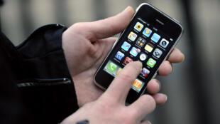 Il est désormais possible de donner son vieux téléphone portable en l'envoyant, pour recyclage ou réemploi, dans une enveloppe pré-affranchie