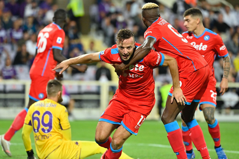 Il difensore kosovaro del Napoli Amir Rahmani esulta dopo aver segnato il suo secondo gol contro l'Atlanta in una partita di Serie A a Bergamo il 3 ottobre 2021.