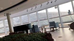 Los muebles se mueven al interior del crucero Viking Sky, después de un fallo de motor en Hustadvika, Noruega, el 23 de marzo de 2019.