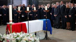 El presidente francés, Emmanuel Macron, su esposa Brigitte y otros funcionarios franceses asisten al funeral del expresidente Jacques Chirac en la iglesia de San Sulpicio en París, Francia, el 30 de septiembre de 2019.