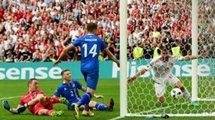 الإيسلندي بيركير سايفارسون يسجل هدفا ضد فريقه في مباراته مع المجر 18 يونيو/حزيران 2016