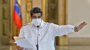 Foto distribuida por la presidencia venezolana que muestra al mandatario Nicolás Maduro hablando durante un mensaje televisado sobre nuevos arrestos relacionados con un supuesto intento fallido de derrocarlo, en Caracas el 9 de mayo de 2020.