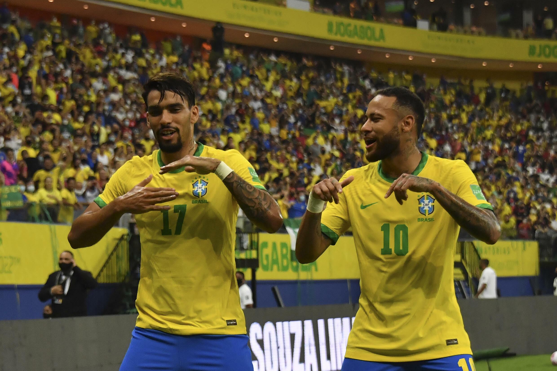 نيمار (يمين) يحتفل مع لوكاس باكيتا خلال مواجهة الأوروغواي في تصفيات مونديال 2022