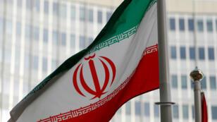Drapeau iranien devant le siège de l'AIEA à Vienne en Autriche.