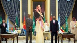 الملك سلمان بن عبد العزيز متوسطا رئيس وزراء إثيوبيا ورئيس إريتريا في جدة. 16 أيلول/سبتمبر 2018