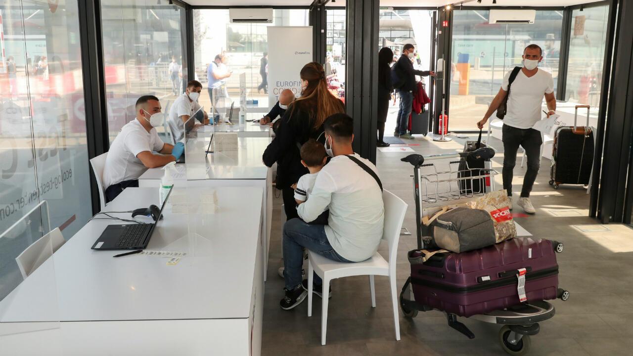 Un grupo de viajeros se registran para recibir una prueba de coronavirus en un centro de pruebas en las instalaciones del aeropuerto de Zaventem en Bruselas, Bélgica, el 14 de septiembre de 2020.