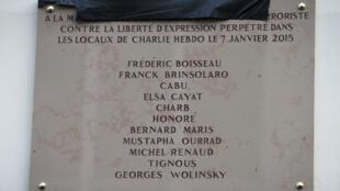 La plaque commémorative qui a été apposée mardi 5 janvier sur la façade de l'immeuble où a eu lieu l'attaque contre Charlie Hebdo.