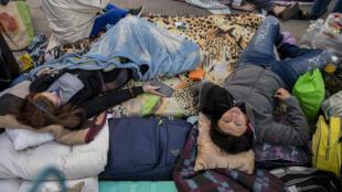 Ciudadanos venezolanos varados permanecen en las afueras de la embajada de su país en Santiago el 11 de mayo de 2020, mientras esperan retornar a Venezuela en el marco de la pandemia del coronavirus