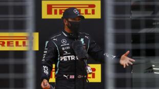 Considerado el mejor piloto bajo la lluvia, el británico Lewis Hamilton dominó la jornada en condiciones difíciles, con 1 segundo y 216 milésimas de ventaja sobre el holandés de Red Bull Max Verstappen