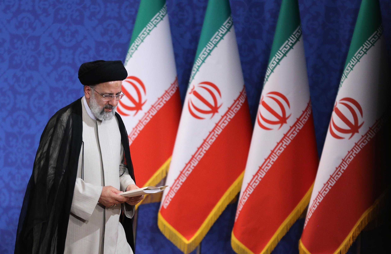 الرئيس الإيراني المنتخب إبراهيم رئيسي على هامش مؤتمر صحافي عقده في طهران، في 21 حزيران/يونيو 2021.