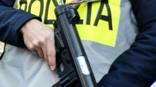 عنصر من الشرطة الإيطالية
