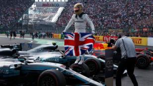 Lewis Hamilton celebra con la bandera del Reino Unido su cuarto título en el Mundial de pilotos de Fórmula 1, tras los obtenidos en 2008, 2014 y 2015.