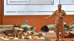 Un colonel de l'armée saoudienne présente des pièces retrouvées sur les sites pétroliers attaqués, lors d'une conférence de presse à Riyad, le 18septembre.