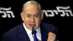 El primer ministro israelí en funciones Benjamin Netanyahu celebra su victoria en las elecciones internas del Likud el 27 de diciembre de 2019 en el aeropuerto de Tel Aviv, Israel.