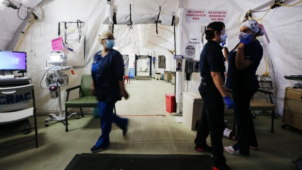Médicos trabajan en una tienda hospitalaria para pacientes sospechosos de Covid-19 en las afueras de las instalaciones de El Centro Regional Medical Center, en el Imperial County, California, el 21 de julio de 2020.