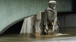 Le zouave du pont de l'Alma a de l'eau jusqu'aux hanches. La Seine connaît une crue inédite depuis plus de 30 ans.