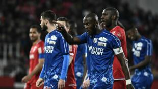 Prince-Désir Gouano interpelle les supporters lors du match entre Amiens et Dijon, le 12avril2019.