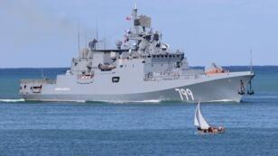 La frégate Amiral Makarov dotée de missiles guidés arrive dans la baie de Sébastopol, le 5 octobre 2018.
