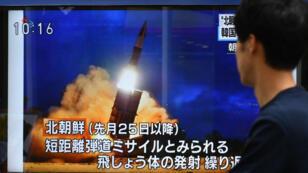 Un piéton regarde un écran de télévision diffusant le lancement d'un projectile par la Corée du Nord plus tôt dans la journée, à Tokyo, le 16 août 2019.