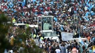 البابا فرنسيس يحيي الحشود من داخل عربته لدى وصوله ساحة سيمون بوليفار في بوغوتا، 7 أيلول/سبتمبر 2017