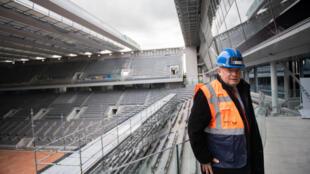رئيس الاتحاد الفرنسي لكرة المضرب برنار غيوديسيلي يتفقد السقف الجديد في الملعب الرئيسي لرولات غاروس في 5 شباط/فبراير 2020