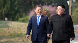 الرئيسان الكوري الجنوبي مون جاي إن ونظيره الشمالي كيم جونغ أون الجمعة 27 نيسان/أبريل 2018.
