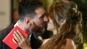 لنجم الأرجنيتيني ليونيل ميسي يقبل عروسه أنطونيلا روكوتزو أمام المصورين بعد عقد قرانهما في روزاريو الأرجنتينية في 30 حزيران/يونيو 2017