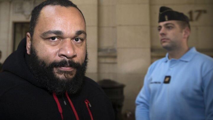Dieudonné au tribunal de Paris lors d'une comparution pour incitation à la haine raciale, en décembre 2013.