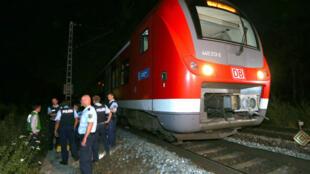 Des policiers près des rails de Würzburg, en Bavière, à la suite de l'attaque à la hache dans un train régional, lundi 18 juillet 2016.