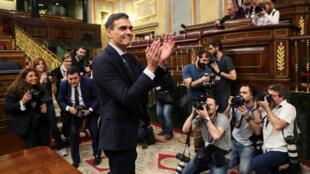 El nuevo líder del PSOE y primer ministro de España, Pedro Sánchez, rodeado de fotógrafos tras la victoria de la moción de censura en el Parlamento en Madrid, España. 1 de junio de 2018.
