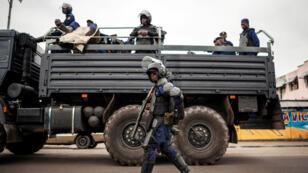 """Selon la police nationale, 12 personnes ont été tuées lundi par des """"balles perdues"""" dans une vague de violences à Kinshasa lundi 7 août."""