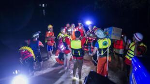 Des secouristes tentent d'évacuer des personnes piégées dans leurs maisons après la rupture d'un barrage en Birmanie, mercredi 30 août.