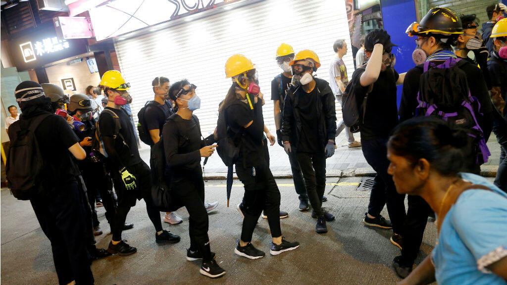 Manifestantes contra la ley de extradición caminan por el barrio Tsim Sha Tsui en Hong Kong , China, 10 de agosto de 2019.