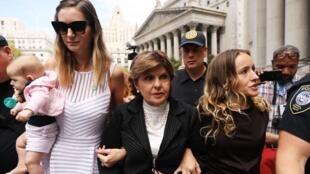 L'avocate Gloria Allred sort du tribunal de Manhattan avec deux accusatrices de Jeffrey Epstein, le 27 août 2019.