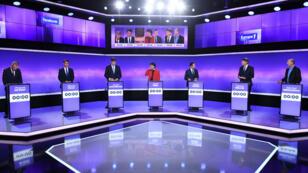 Les candidats à la primaire de la gauche posent pour une séance photo avant de s'affronter pour un dernier débat, jeudi 19 janvier 2017.